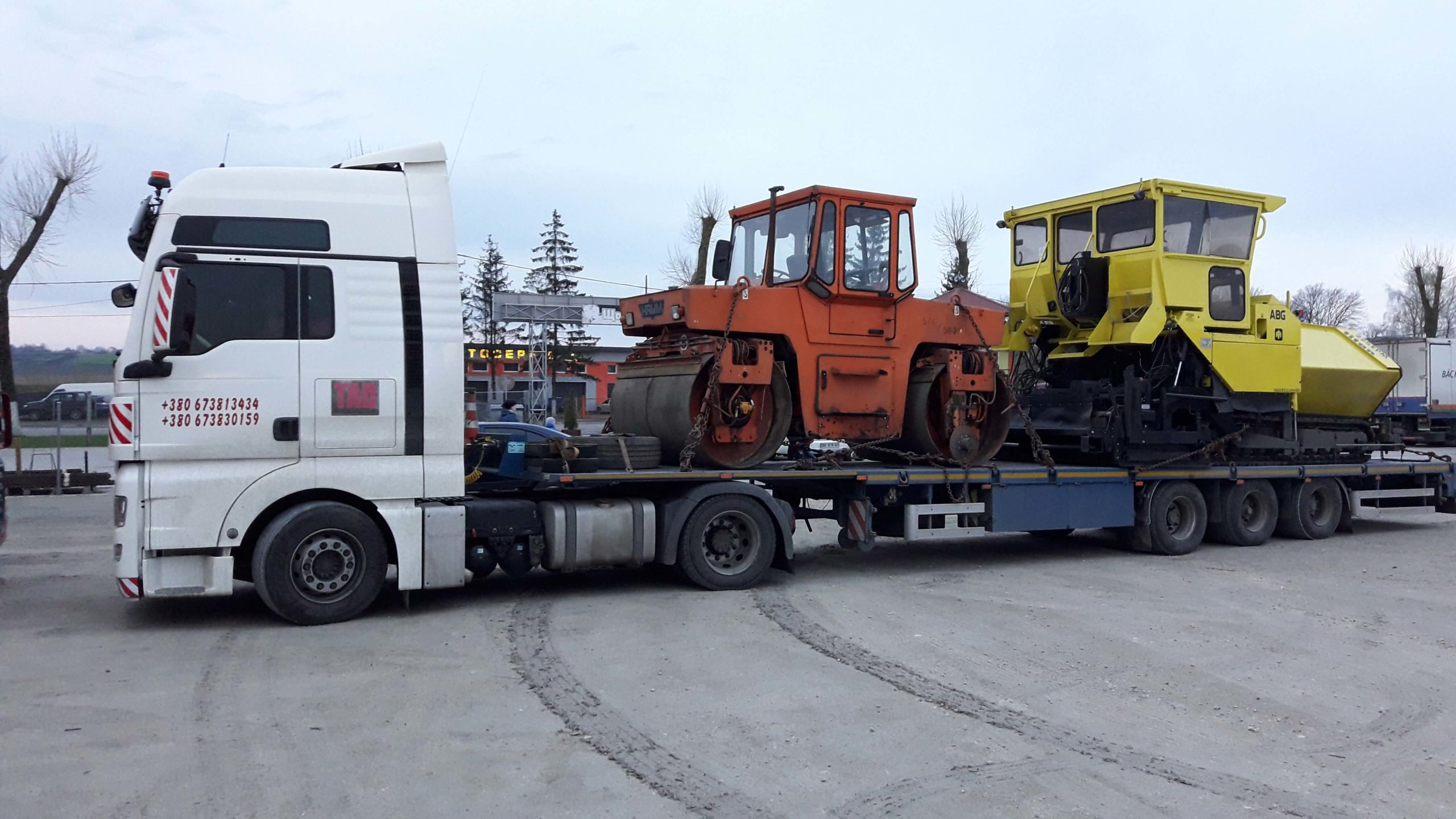 Transportation-of-equipment-for-laying-asphalt