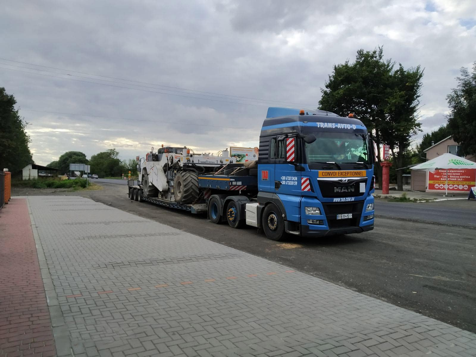 Transportation of a Wirtgen asphalt recycler. Dimensions 3.2 mx 3.2 mx 8.8 m -2