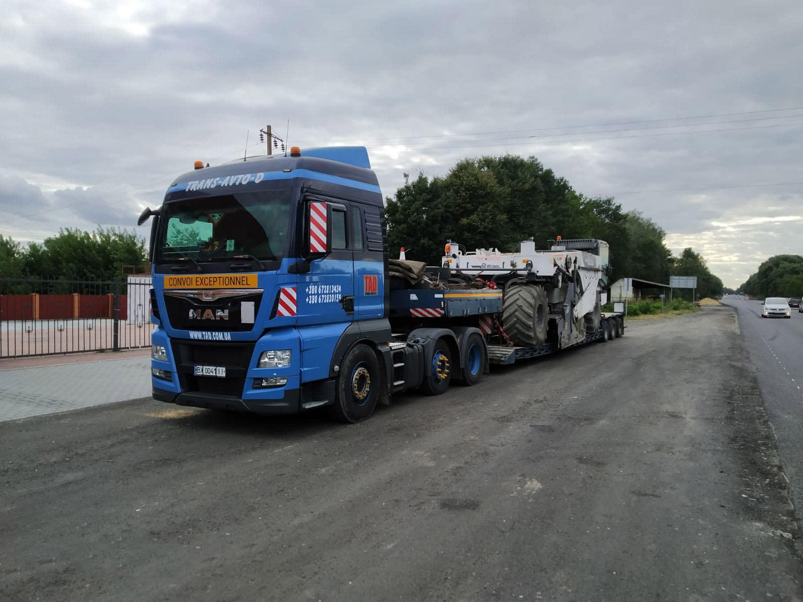 Transportation of a Wirtgen asphalt recycler. Dimensions 3.2 mx 3.2 mx 8.8 m